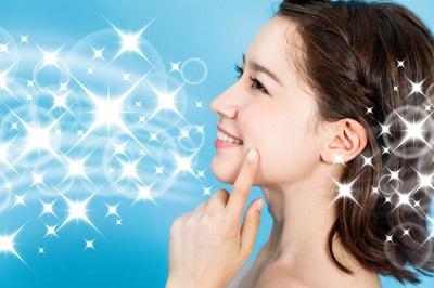 アミノ酸系界面活性剤の優しいクレンジング料でエイジングケアを行う女性