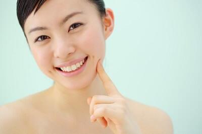 お肌の肌理(キメ)を整えるエイジングケアをする女性
