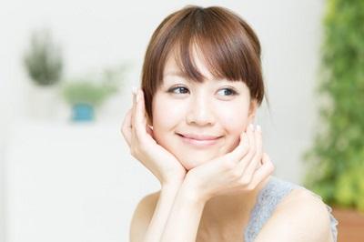 アミノ酸系界面活性剤のクレンジングで潤う女性