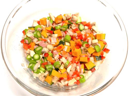 野菜とベーコンが耐熱容器に入った写真