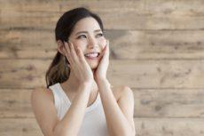 高い保湿力のグリコシルトレハロース配合化粧品を使う女性