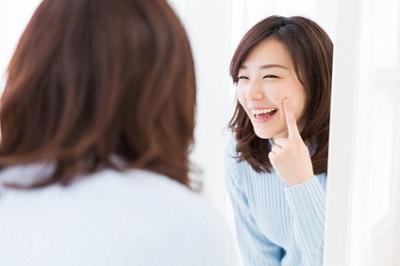 優しい洗顔・クレンジングと保湿で乾燥肌のケアをする女性