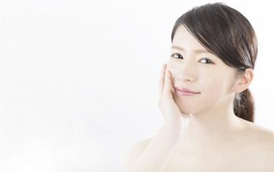しわを予防するクレンジング料を使う女性