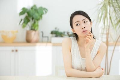 ワセリンについて考える女性