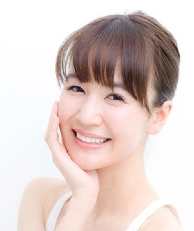 PCA-Na(ピロリドンカルボン酸ナトリウム)化粧品の保湿効果を実感する女性