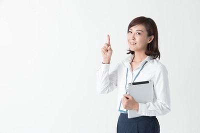 クレンジング料の選び方の基本を教える女性