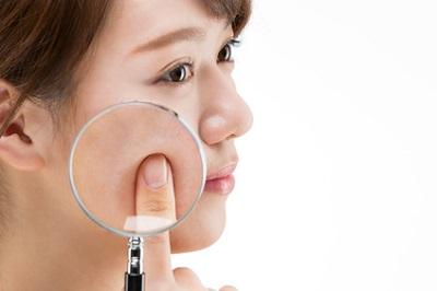 フェイスマスク後のケアは必要かどうか考える女性