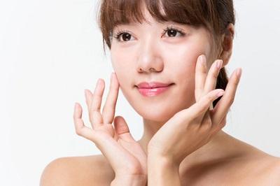 プロリン配合の美容液を試す女性