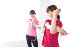 皮下組織とたるみやほうれい線を意識して運動する女性
