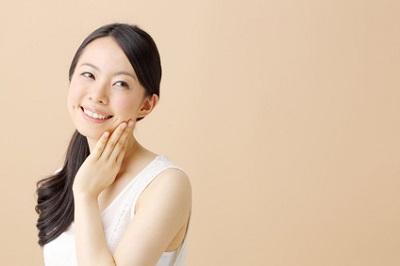 トレオニン配合化粧品を使う女性