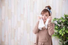 季節別に酵素洗顔の方法を変えようとする女性