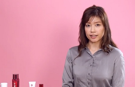 目立つ毛穴を消して美肌になる対策を動画で説明する白山さん