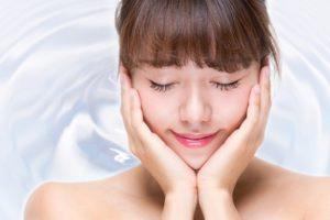紫外線のアフターケアとしてしっかりと肌の保湿をする女性