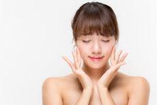 脂性肌を改善する化粧水を使う女性