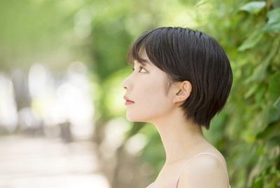 人は皮膚呼吸をするのかを考える女性