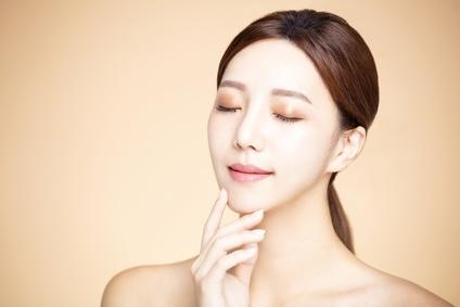 化粧品の適量を意識してエイジングケアを行う女性