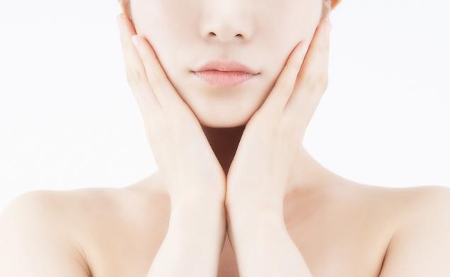 エイジングケア化粧品でマリオネットラインを予防する女性