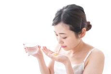 風邪で抗生物質(抗菌薬)を飲む女性