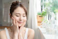 エイジングケア用アミノ酸化粧水を使う女性