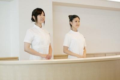 美容皮膚科の受付の女性