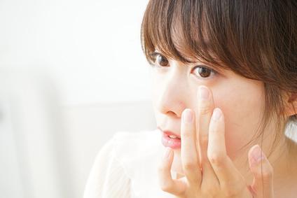目元のお肌の特徴が気になる女性