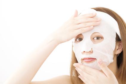 朝にフェイスマスクを使用する女性