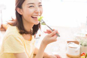 食べ物で紫外線対策をしようとする女性