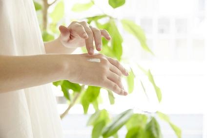 手のシミの原因と予防や改善・解消のためにケアする女性
