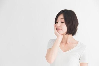 皮脂腺と体臭について考える女性