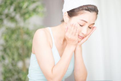 紫外線のアフターケアで光老化を予防する女性
