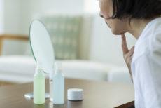 冬に化粧水は変えるべきか考える女性