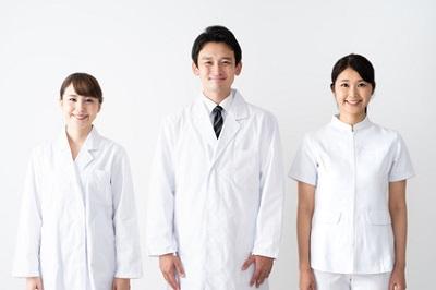 手のシミの治療薬を処方する医師
