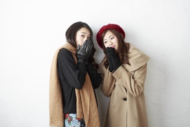冬に防寒する女性