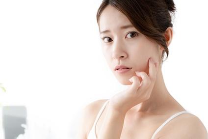化粧品による接触皮膚炎を気にする女性