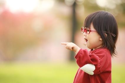 アイケアメガネで目の紫外線対策をする子供