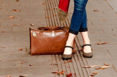 接触皮膚炎の原因物質が含まれる靴やカバン