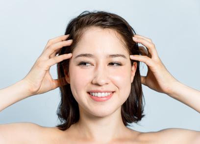 美容師オススメのエイジングケアシャンプーを使用する女性