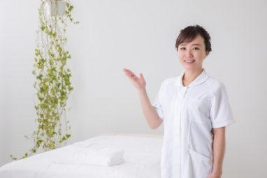 美容クリニックを紹介する看護師