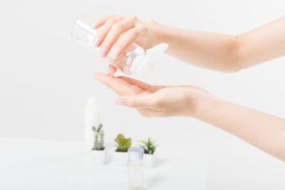 エイジングケア化粧水を使う女性