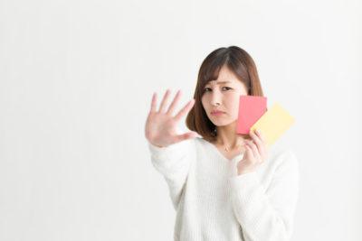 刺激の強い洗顔を注意する女性