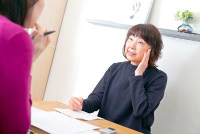 60代女性のナールス化粧品半年使用インタビューの様子