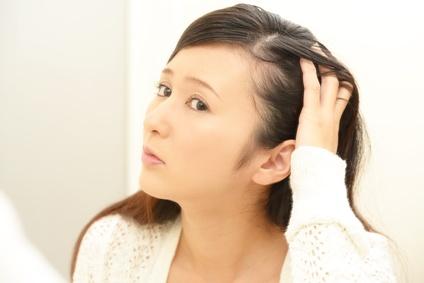 加齢に伴う毛髪の変化に悩む女性