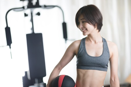 HMBサプリと運動でダイエットする女性
