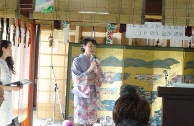 日本姿勢と歩き方協会10周年記念パーティーで挨拶する高岡さん