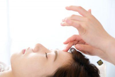 ほうれい線を美容鍼で改善させようと試みる女性