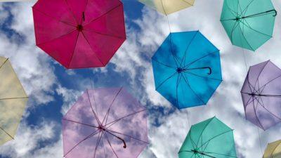 梅雨のイメージであるカラフルな沢山の傘