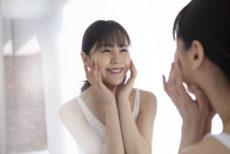 夏の美容液で肌老化を防ぐエイジングケアを行う女性