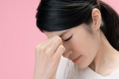 炎症で目が疲れている女性