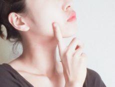 乾燥性敏感肌について考える女性