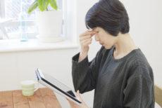 タブレットの使い過ぎでブルーライトの影響で目が疲れている女性